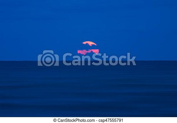 blauer himmel, rotes , night., mond - csp47555791