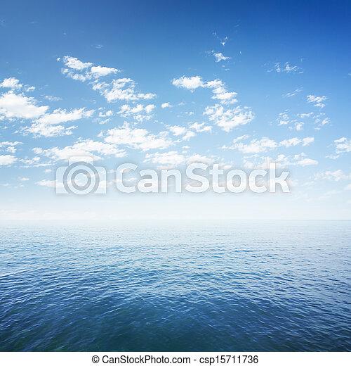 Blauer Himmel über Meer oder Meereswasseroberfläche - csp15711736