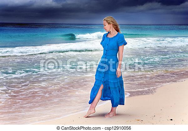 blaues, frau, geht, stürmisch, langer, kueste, meer, kleiden - csp12910056