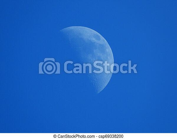 blaues, halbmond, himmelsgewölbe, nachmittag, mond - csp69338200