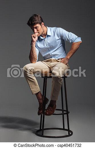 on sale 08448 a8238 blaues hemd, sitzen, junger, attraktive, stuhl, mann