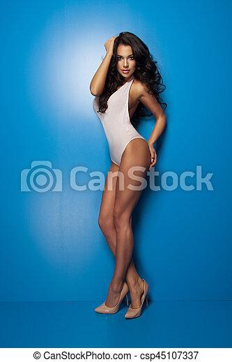 blaues, pastell, frau, wohlproportioniert, damenunterwäsche, brünett, posierend, hintergrund, sexy, bezaubernd - csp45107337
