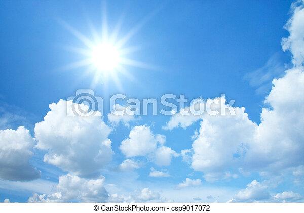Blauer Himmel mit Wolken und Sonne - csp9017072