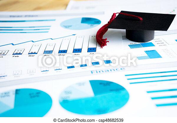 Graduation Kapsen auf blauen Graphen und Diagrammen gedruckt - csp48682539