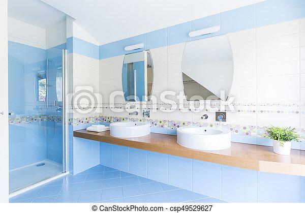 Blaues, weißes, badezimmer. Blaues, badezimmer, tür, sinks ...