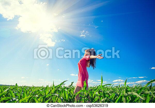 blauwe , zomer, vrouw, beauty, sky., gezonde , op, handen, jonge, akker, opstand, buitenshuis, meisje, het genieten van, duidelijk, natuur, vrolijke  - csp53626319