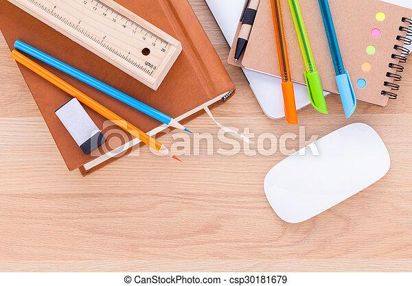 Tisch schule clipart  Bilder von bleistift, schule, begriff, gefärbt, hölzern, laptop ...