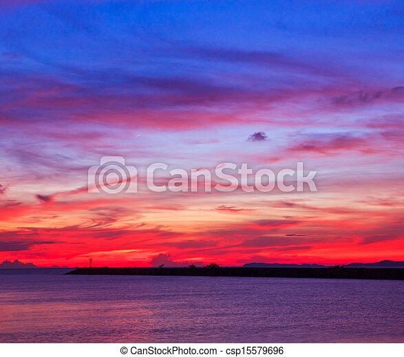 bleu, arrière-plans, nuages, ciel coucher soleil - csp15579696