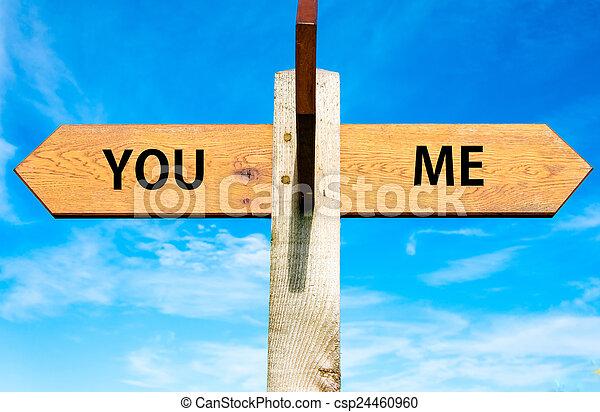 bleu, me, ciel, opposé, bois, poteau indicateur, sur, flèches, deux, clair, séparation, conceptuel, vous, signes, image - csp24460960