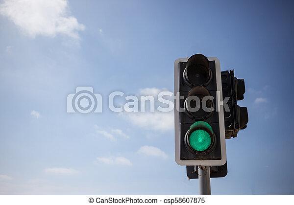 bleu, nuages, peu, ciel, vert, light., haut, copyspace., arrière-plan., trafic, vue, fin - csp58607875
