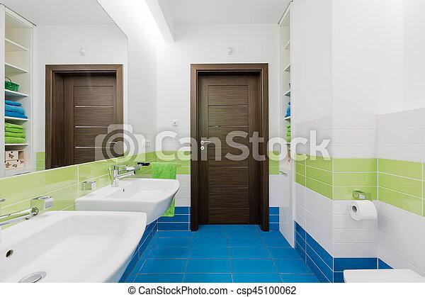 Doppi lavandini bianchi nel moderno mosaico blu bagno rivestito di