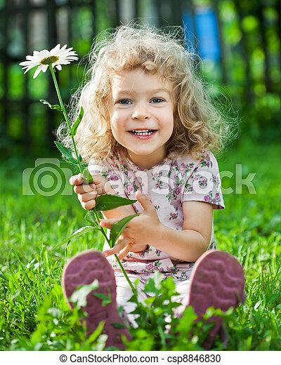 Ein Kind mit Blumen - csp8846830