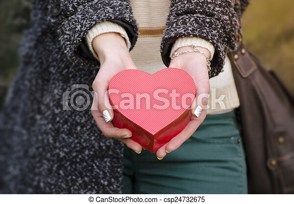boîte, forme coeur, femme, tenant mains - csp24732675