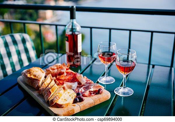 Dos Vasos De Vino Y Bocadillos Italianos Con Una Vista