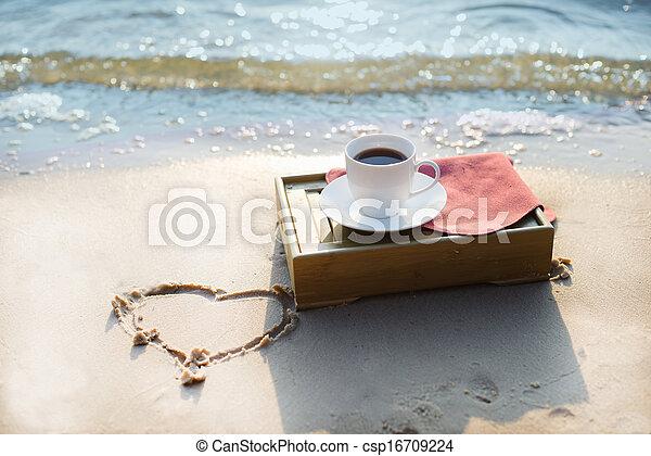 bohnenkaffee, sandstrand, becher - csp16709224