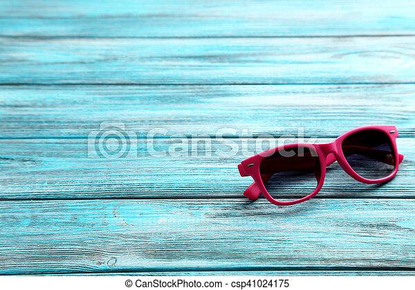 bois, bleu, lunettes soleil, table - csp41024175