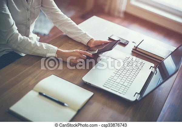 bois, business, desk., main, informatique, ordinateur portable, femme travail - csp33876743