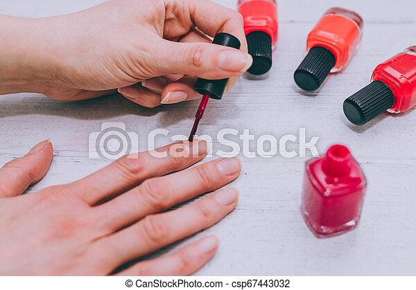 bois, femme, surface, clou, couleurs, autre, bouteille, mains, polonais, rouges - csp67443032
