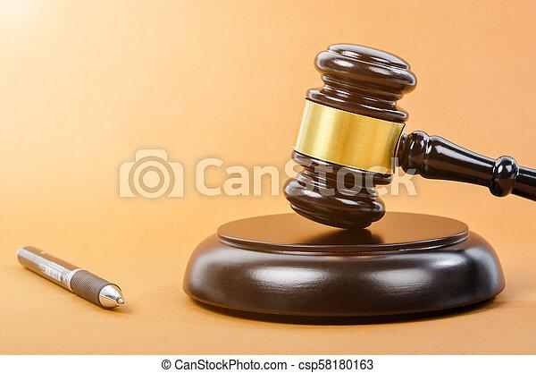 bois, juge, marteau, pen. - csp58180163