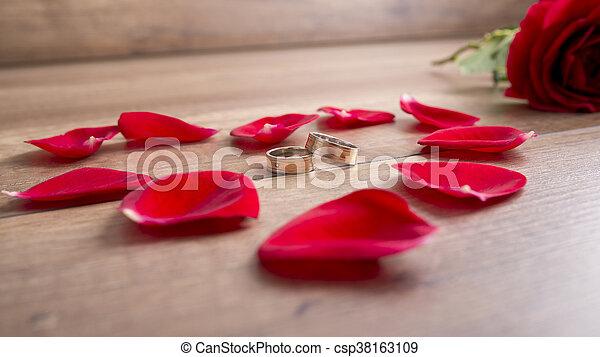 Bois rose entouré anneaux deux pétales mensonge bureau