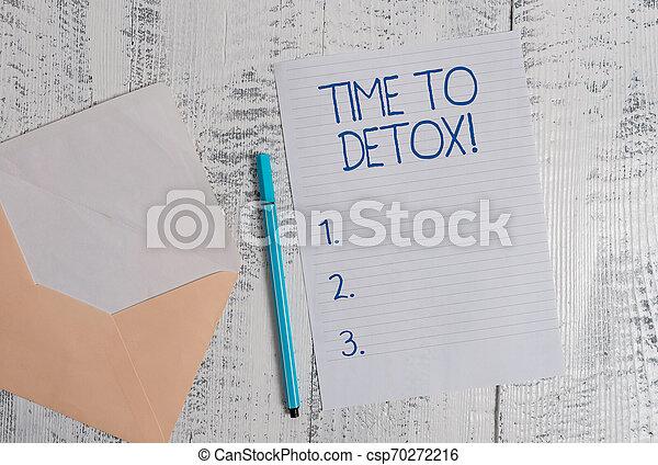 Escribir mano conceptual muestra tiempo de desintoxicación. Una foto de negocios que muestra cuando purificas tu cuerpo de toxinas o dejas de consumir drogas de color en un sobre en blanco, con antecedentes de madera. - csp70272216