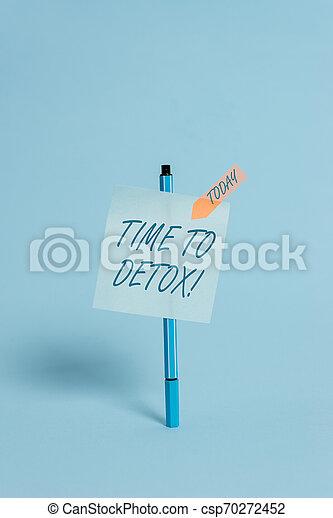 Escribiendo nota mostrando tiempo para desintoxicarse. Una foto de negocios que muestra cuando purificas tu cuerpo de toxinas o dejas de consumir drogas con puntas pegajosas de punta color de Ballpoint, con una bandera de flecha en calma. - csp70272452