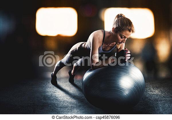 Entrenamiento con la pelota de fitness - csp45876096