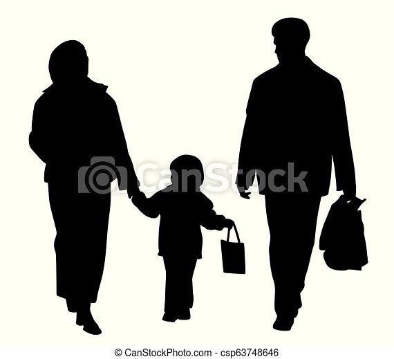 Familia feliz caminando con bolsas de compras - csp63748646