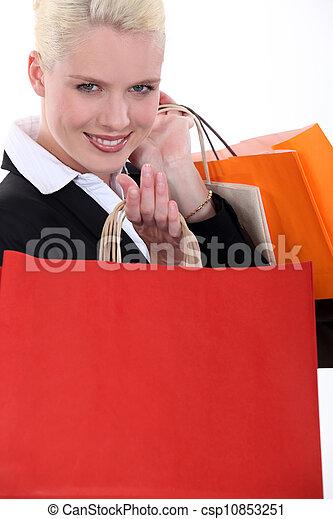 Mujer de negocios rubia con bolsas de cartón - csp10853251