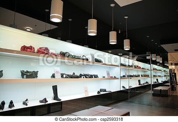 Estantes en la tienda con bolsas y zapatos - csp2593318