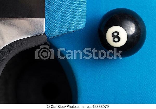 Bola 8 descansando cerca del bolsillo - csp18333079