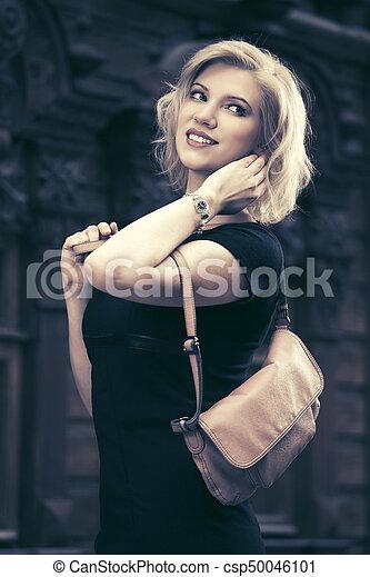 Mujer joven y feliz con bolso - csp50046101