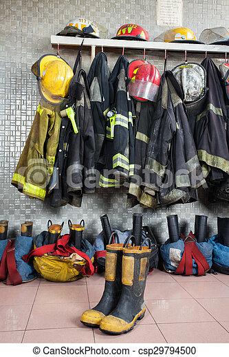 Uniformes de bomberos en la estación de bomberos - csp29794500