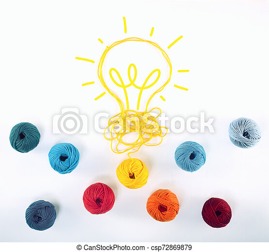 Concepto de idea e innovación con bola de lana que da forma a una bombilla - csp72869879