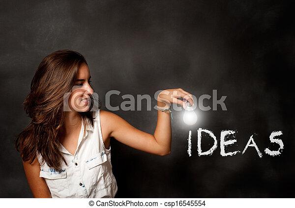 Una joven sosteniendo una bombilla - csp16545554