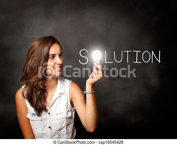 Una joven sosteniendo un foco - csp16545428