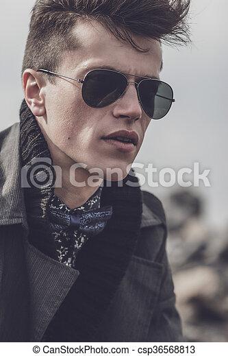Bonito, óculos de sol, homem jovem, sentando. Pedras, óculos de sol ... e36119e6b4