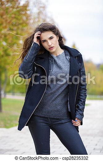 bonito, andar, mulher, parque, jovem, outono - csp28235332