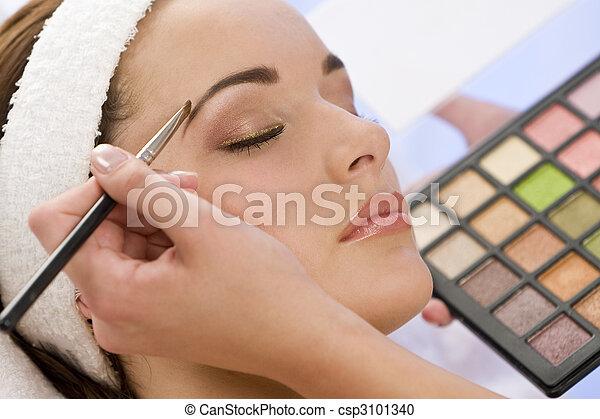bonito, aplicado, mulher, compor, esteticista, spa, tendo - csp3101340