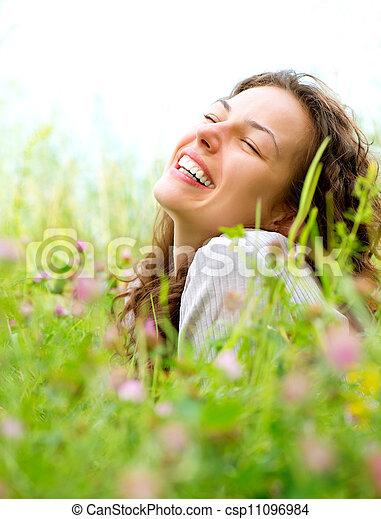 bonito, apreciar, mulher, prado, natureza, jovem, flowers., mentindo - csp11096984
