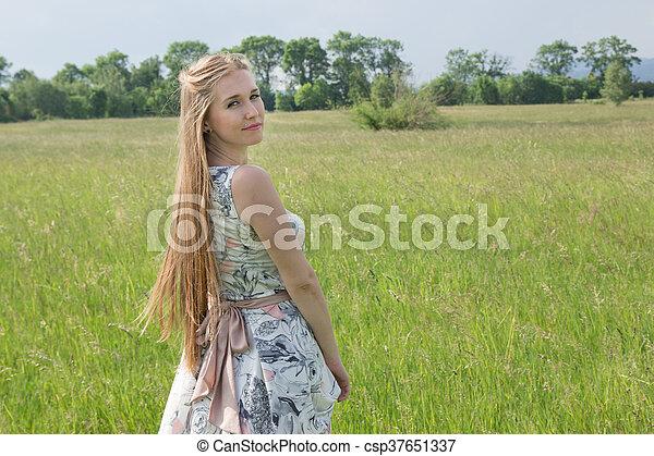 bonito, campo, mulher, loura, retrato - csp37651337
