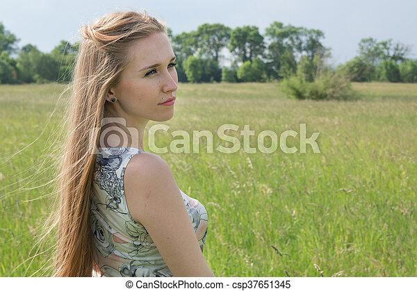 bonito, campo, mulher, loura, retrato - csp37651345
