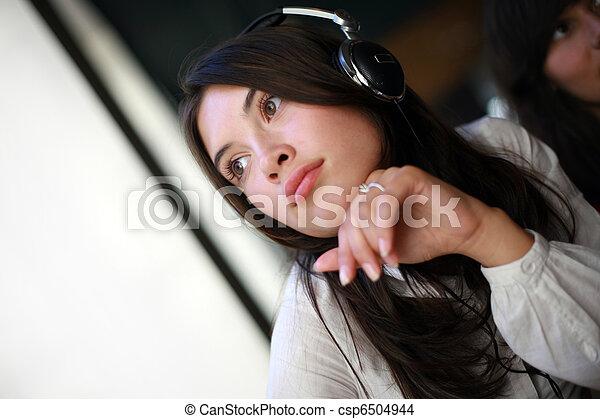 bonito, daydreaming, mulher, jovem, fones - csp6504944