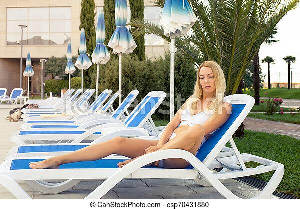 bonito, descansar, fato de banho, jovem, árvores, tropicais, recurso, palma, lounger, menina - csp70431880