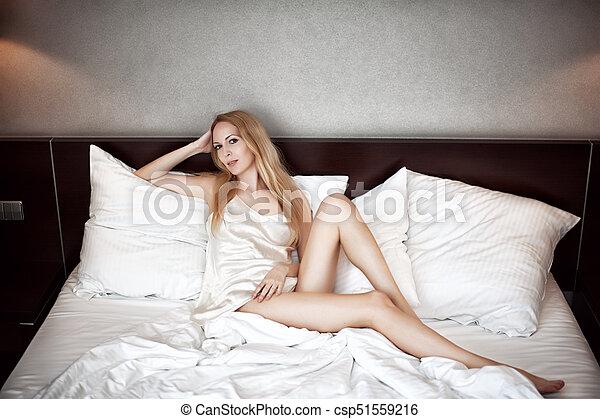 bonito, desgastar, mulher, camisola, langerie, loura, branca, seda - csp51559216