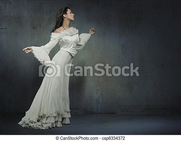 bonito, desgastar, mulher, parede, sobre, grungy, vestido branco - csp6334372