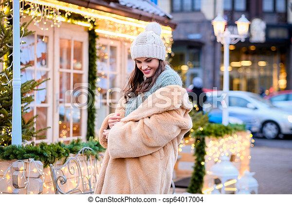 bonito, desgastar, noite, pele, casaco inverno, ficar, luzes, rua, tempo, menina, chapéu, decorado, natal - csp64017004