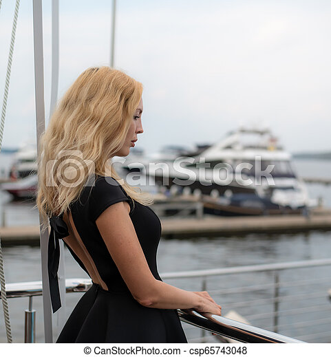 bonito, ficar, mulher, coquetel, clube, iate, jovem, pretas, loura, vestido - csp65743048