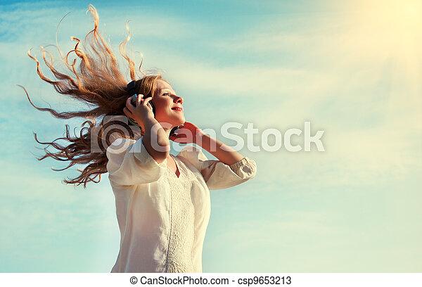 bonito, fones, céu, escutar música, menina - csp9653213