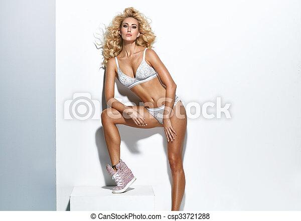bonito, loura, mulher, jovem, langerie - csp33721288